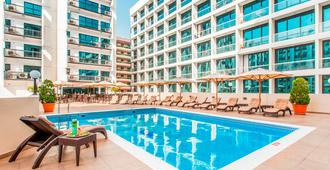 Golden Sands Hotel Apartments - Dubai - Zwembad