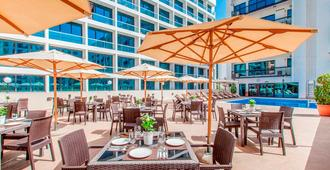 Golden Sands Hotel Apartments - דובאי - פטיו
