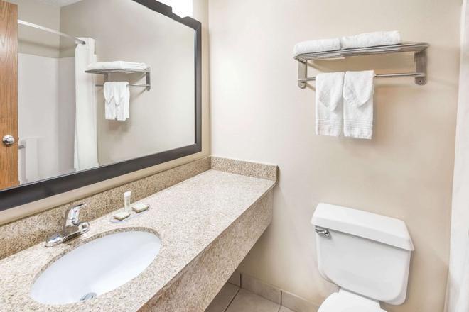 Super 8 by Wyndham Bloomington - Bloomington - Phòng tắm