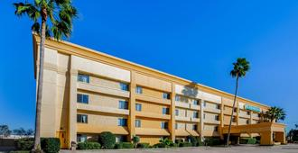 La Quinta Inn & Suites by Wyndham Houston Baytown East - Baytown - Edificio