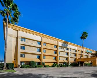 La Quinta Inn & Suites by Wyndham Houston Baytown East - Baytown - Building