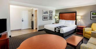 La Quinta Inn & Suites by Wyndham Houston Baytown East - בייטאון - חדר שינה