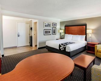 La Quinta Inn & Suites by Wyndham Houston Baytown East - Baytown - Спальня