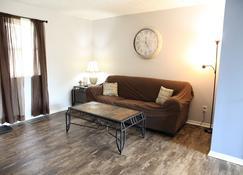 Ezekiels Getaway Side 1 - near Ark Encounter with gameroom - Williamstown - Living room