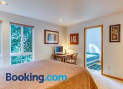 Forest Ridge Retreat - Coos Bay - Bedroom