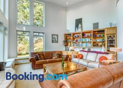 Forest Ridge Retreat - Coos Bay - Living room