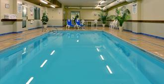 Country Inn & Suites by Radisson, London S, ON - London - Piscina