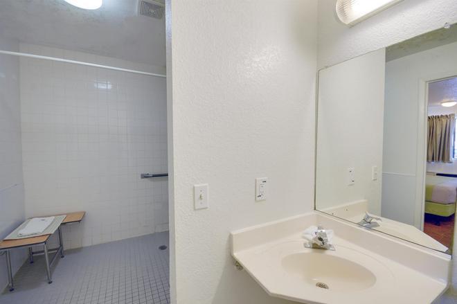 東休斯敦貝敦市 6 號汽車旅館 - 貝維奴山 - 貝敦 - 浴室