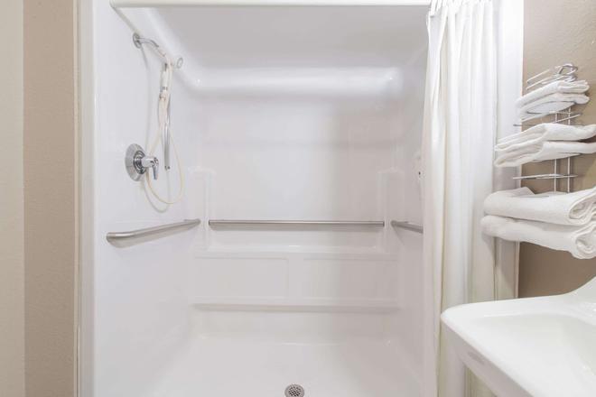 Super 8 by Wyndham Niagara Falls NY - Niagara Falls - Bathroom