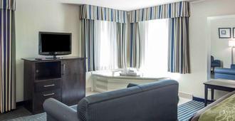 Quality Inn Tulsa-Downtown West - Tulsa - Living room
