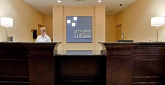 Holiday Inn Express Hotel & Suites Raleigh Sw Nc State - Raleigh - Front desk