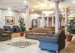 Quality Inn & Suites Palm Island Indoor Waterpark - Batavia - Lobby