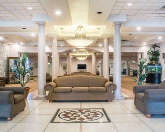 Quality Inn & Suites Palm Island Indoor Waterpark - Batavia - Лоббі