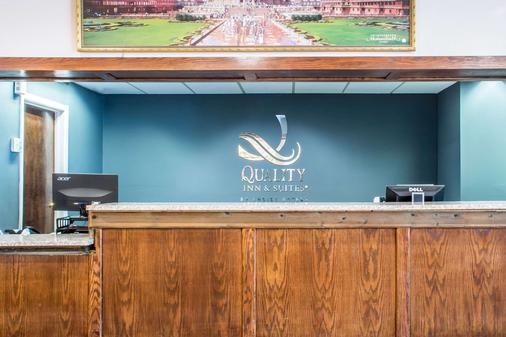 Quality Inn & Suites Palm Island Indoor Waterpark - Batavia - Front desk