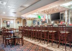 Quality Inn & Suites Palm Island Indoor Waterpark - Batavia - Bar
