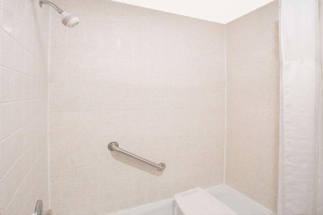 Days Inn by Wyndham Portage - Portage - Bathroom