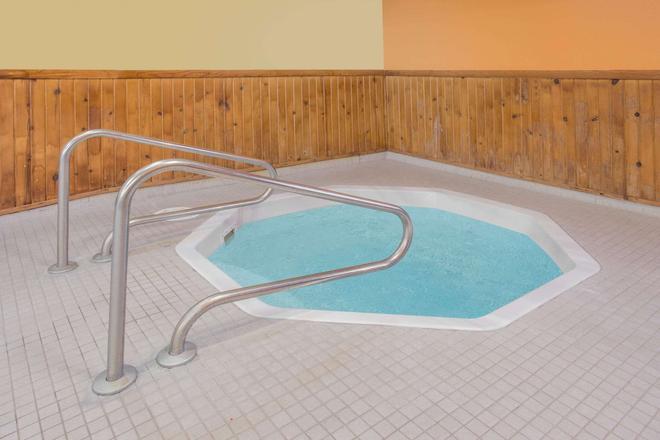 Days Inn by Wyndham Portage - Portage - Pool
