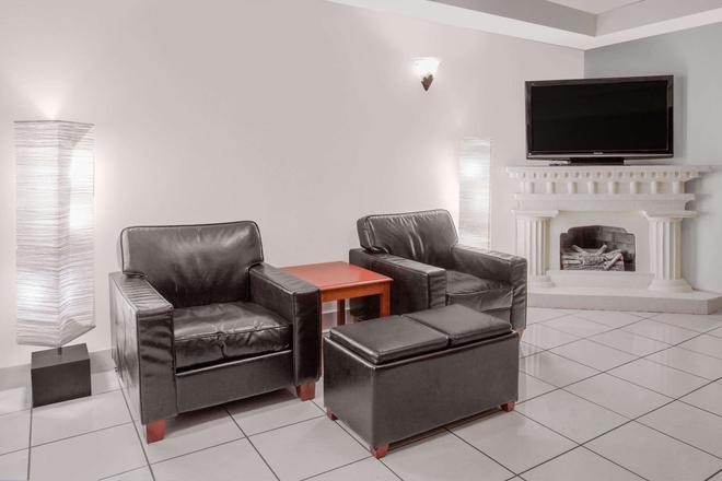 Days Inn by Wyndham Portage - Portage - Living room