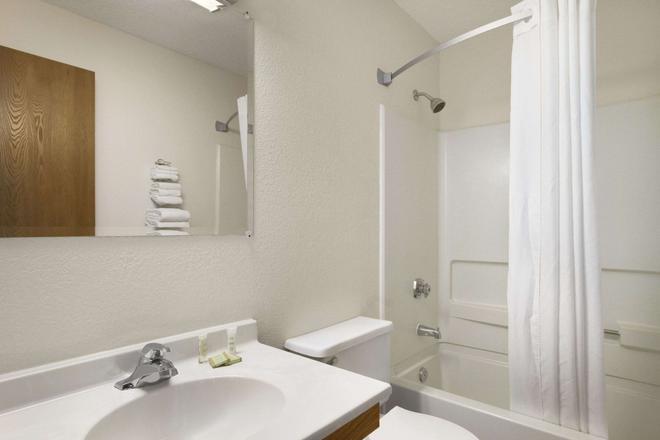 Super 8 by Wyndham Williams Lake BC - Williams Lake - Bathroom