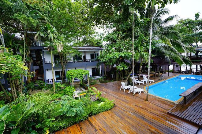 Apple Beachfront Resort - Ko Chang - Uima-allas