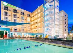 Holiday Inn Express & Suites Nassau - Nassau - Building