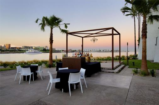 Hotel Maya - a DoubleTree by Hilton Hotel - Long Beach - Bar