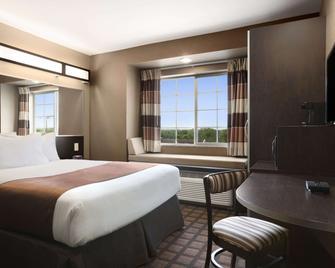 Microtel Inn & Suites by Wyndham Kenedy - Kenedy - Спальня