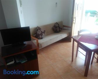 Yialos Apartments - Pissouri - Huiskamer