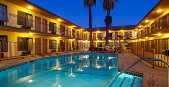 Studio City Court Yard Hotel - לוס אנג'לס - בריכה