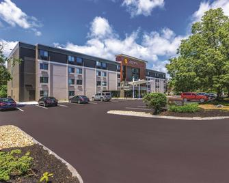 La Quinta Inn & Suites by Wyndham Salem NH - Salem - Gebäude