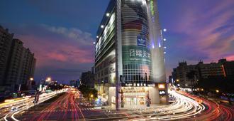 Holiday Inn Express Taichung Park - Taichung - Building