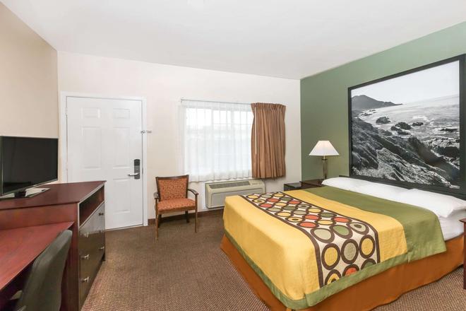 Super 8 by Wyndham Monterey - Monterey - Bedroom