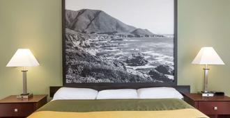 Super 8 by Wyndham Monterey - מונטריי - חדר שינה