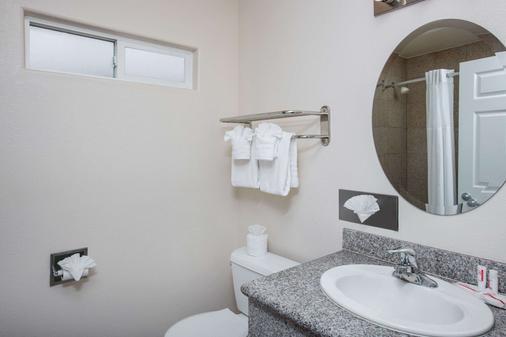 Super 8 by Wyndham Monterey - Monterey - Bathroom