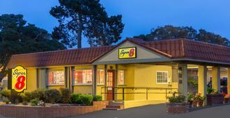 Super 8 by Wyndham Monterey - Monterey - Bygning