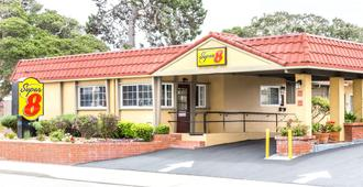 Super 8 by Wyndham Monterey - Monterey - Building
