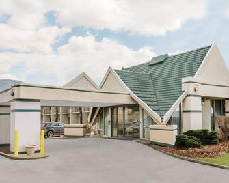 Days Inn by Wyndham Rutland/Killington Area - Rutland - Building