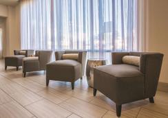 La Quinta Inn & Suites by Wyndham Hattiesburg - I-59 - Hattiesburg - Σαλόνι ξενοδοχείου