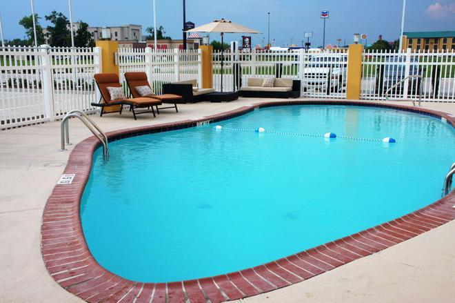 La Quinta Inn & Suites by Wyndham Gonzales LA - Gonzales - Pool