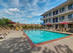 Motel 6 Seattle North Kirkland - Kirkland - Zwembad
