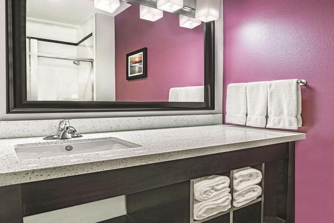 La Quinta Inn & Suites by Wyndham Dallas Grand Prairie North - Grand Prairie - Bathroom