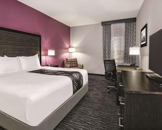 La Quinta Inn & Suites by Wyndham Dallas Grand Prairie North - Grand Prairie - Bedroom