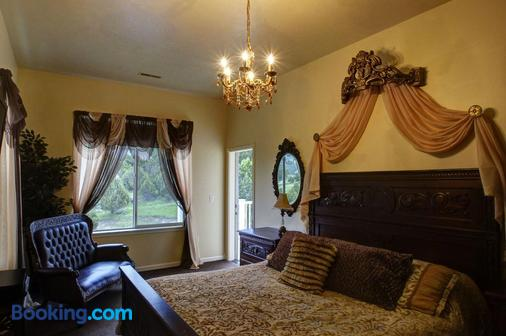 Lions Gate Manor Bed and Breakfast - Lava Hot Springs - Bedroom