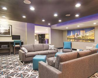 La Quinta Inn & Suites by Wyndham Cleveland Airport West - North Olmsted - Salónek