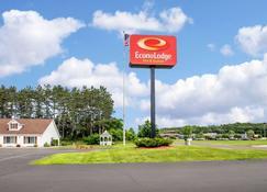 Econo Lodge Inn & Suites - Eau Claire - Building