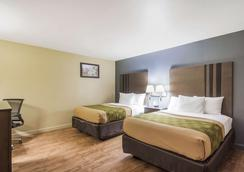 Econo Lodge Inn & Suites I-35 at Shawnee Mission - Overland Park - Bedroom