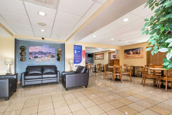 Econo Lodge Inn & Suites I-35 at Shawnee Mission - Overland Park - Lobby