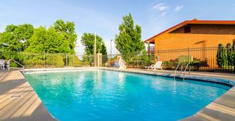 Econo Lodge Inn & Suites I-35 at Shawnee Mission - אוברלנד פארק - בריכה