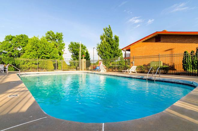 Econo Lodge Inn & Suites I-35 at Shawnee Mission - Overland Park - Pool