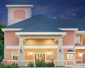 Super 8 by Wyndham Carthage TX - Carthage - Building